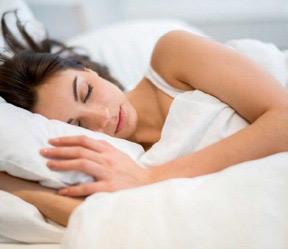 Sommeil : 4 bons gestes pour s'endormir quand il fait chaud