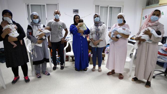 Les cinq femmes avec leurs bébés, accompagnées du médiateur du MZC, Sasae Kouan, et de Manuel Sousa. / JORDI LANDERO (Cartaya)