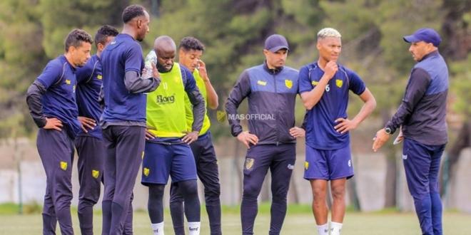 Le coach Jaâouani et ses poulains à l'entrainement.