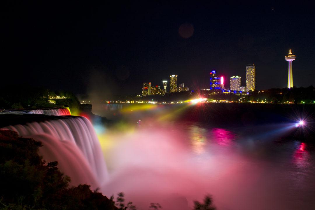 Fête du trône: la tour CN et les chutes du Niagara aux couleurs marocaines (images)