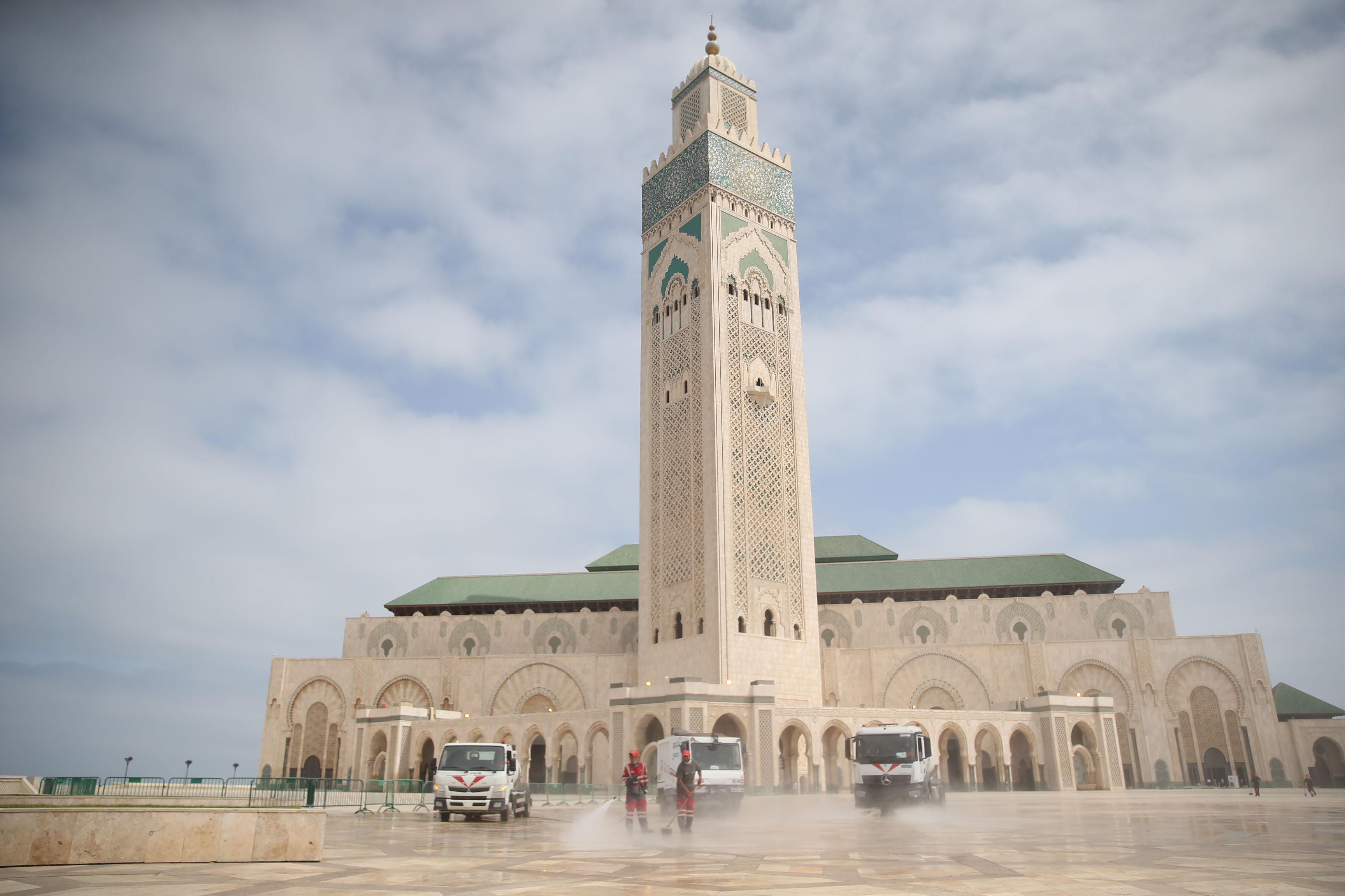 Opération de désinfection de la mosquée Hassan II en vue de sa réouverture.