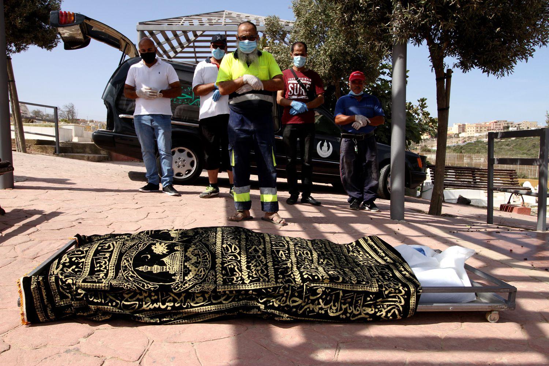 Des proches et des travailleurs du cimetière de Melilla prient devant le corps de Kozal Ahmad. ©️ ANTONIO RUIZ, El Pais
