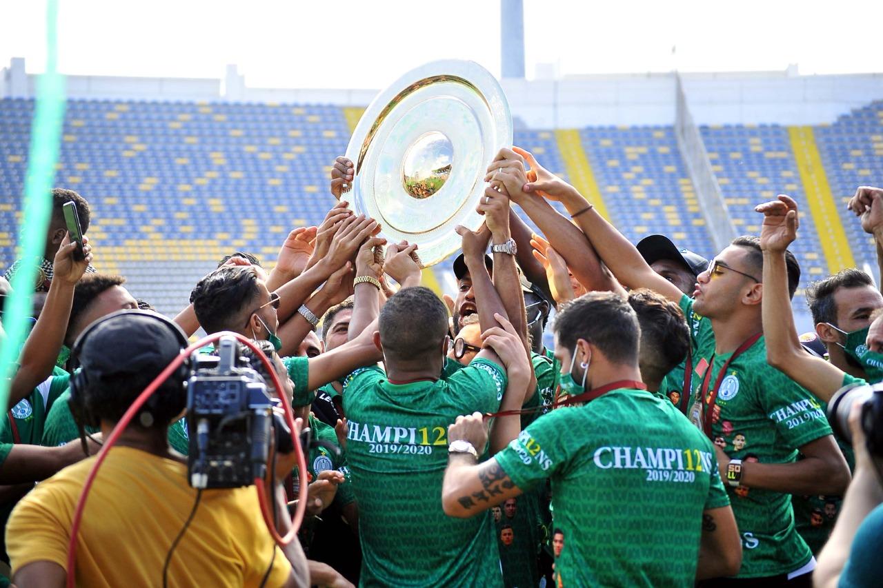 Remise au Raja de Casablanca du Trophée de champion