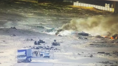 Des polisariens qui mettent le feu dans les tentes dressées pas loin de la zone tampon d'El Guerguarate (Ph. CORCAS-Twitter)
