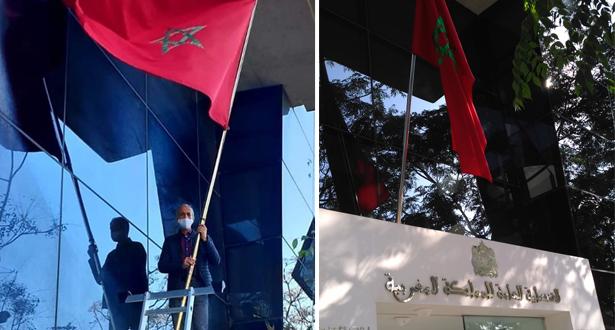 Le consul du Maroc à Valence qui remet le drapeau Marocain à sa place.