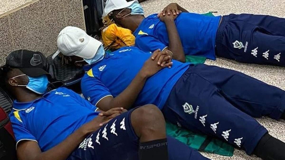 Les joueurs gabonais bloqués à l'aéroport de Banjul.