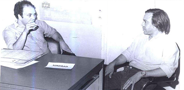 Mohammed Khaïr-Eddine dans les locaux de l'Opinion avec notre collaborateur Abdellah Bensmaïn, en 1982 (Photo Brahim Lachgar)