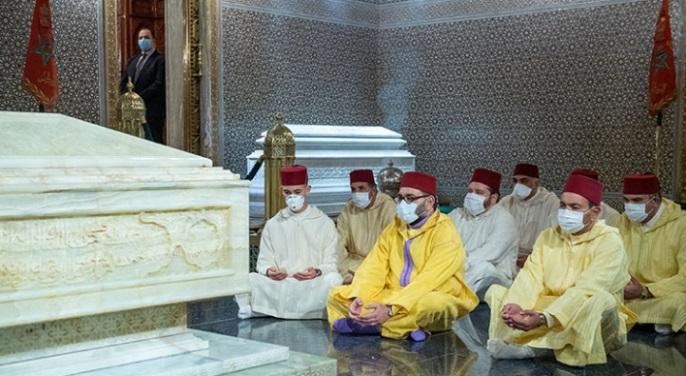 Le Souverain, se recueille sur la tombe de Feu SM le Roi Hassan II