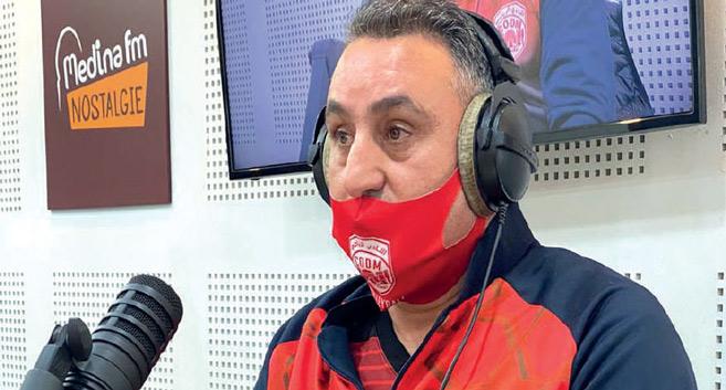 -M. Abdelkrim Riffaï au micro de Medina FM lors de l'émission. Ph. Laglag