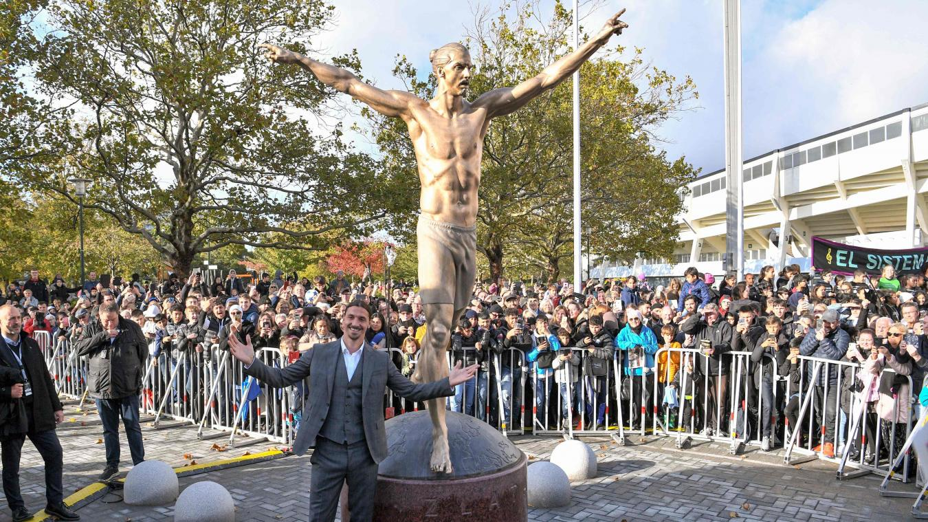 Zlatan Ibrahimovic posant avec sa statue géante dans sa ville natale