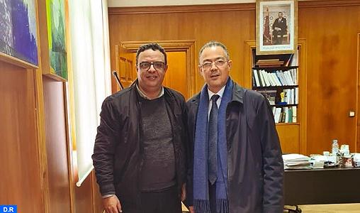 Fouzi Lekjaâ et le président de l'OCS, section football, M. Anouar Dbira Tlemçani. Ph. MAP