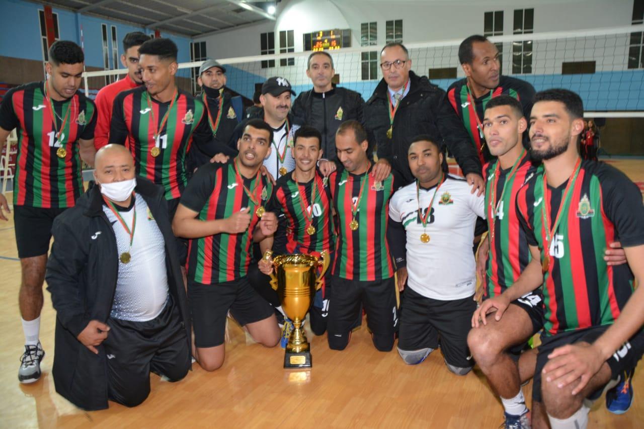 L'équipe de l'ASFAR Messieurs en photo-souvenir avec la Coupe du Trône. Ph. Nidal