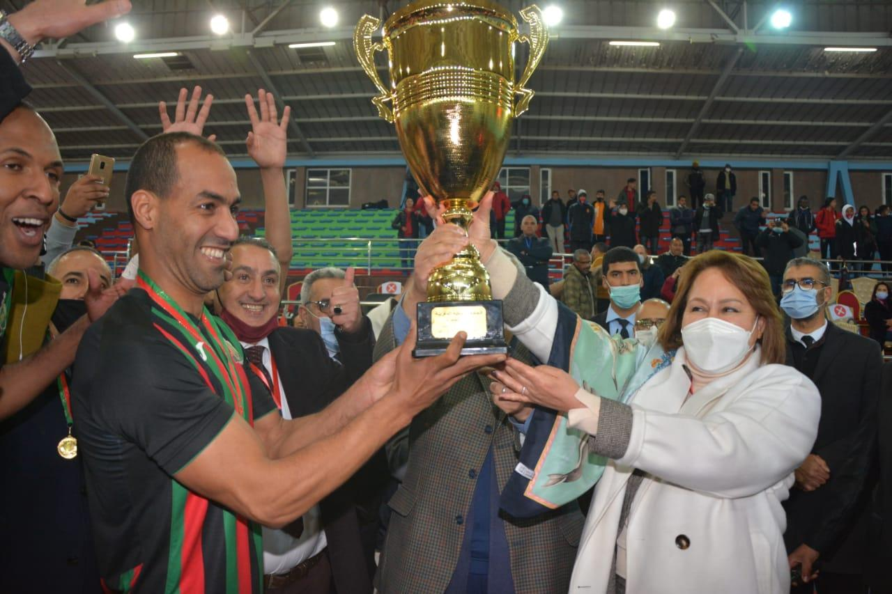 La présidente de la Fédération remettant le Trophée au capitaine de l'équipe militaire. Ph. Nidal
