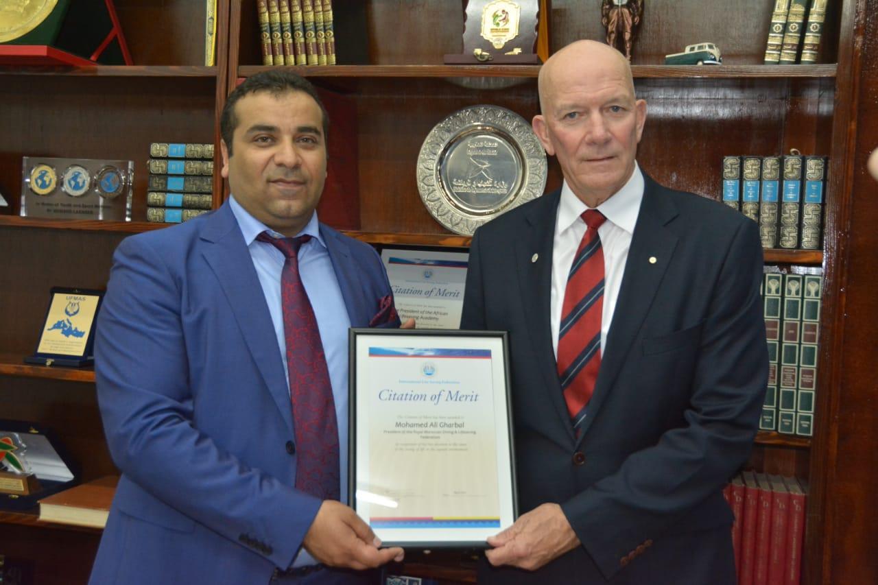 Mohamed Ali Ghorbal avec le président de la Fédération internationale de sauvetage (FIS).