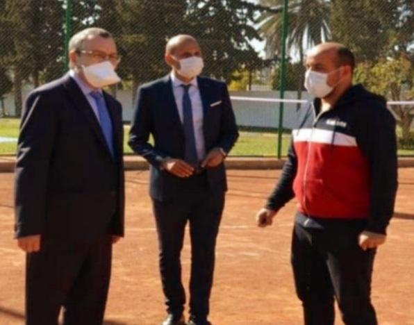 -À droite, Hicham Tazi en conversation avec le président et le gouverneur de la région de Sidi Kacem.
