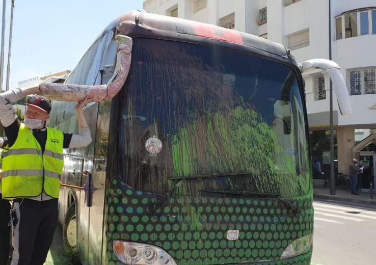 Le bus du Raja vandalisé dans le parking de l'hôtel du rassemblement à Rabat !?