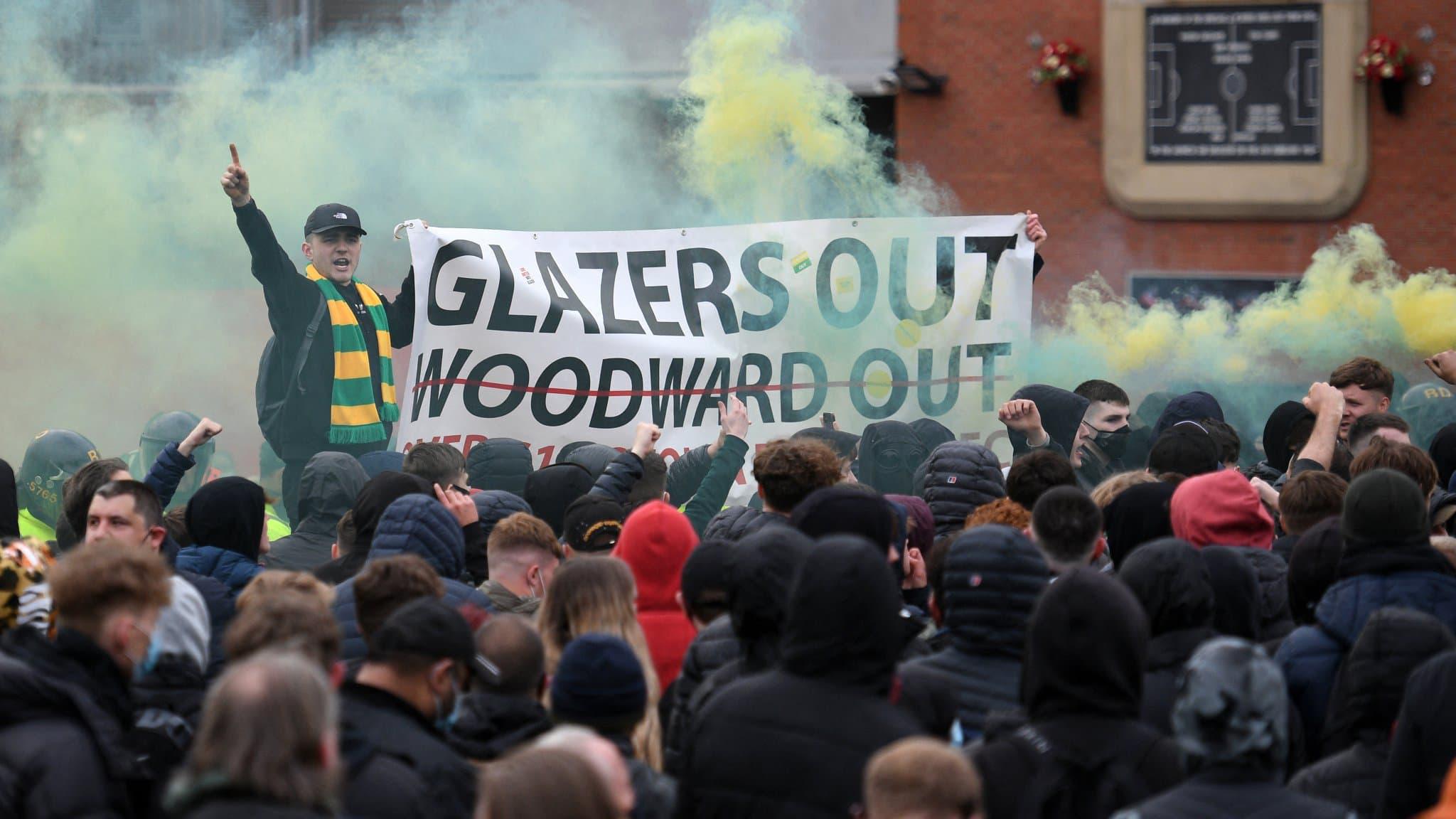 Foot anglais : Les supporters de Manchester United bloquent le bus de Liverpool !