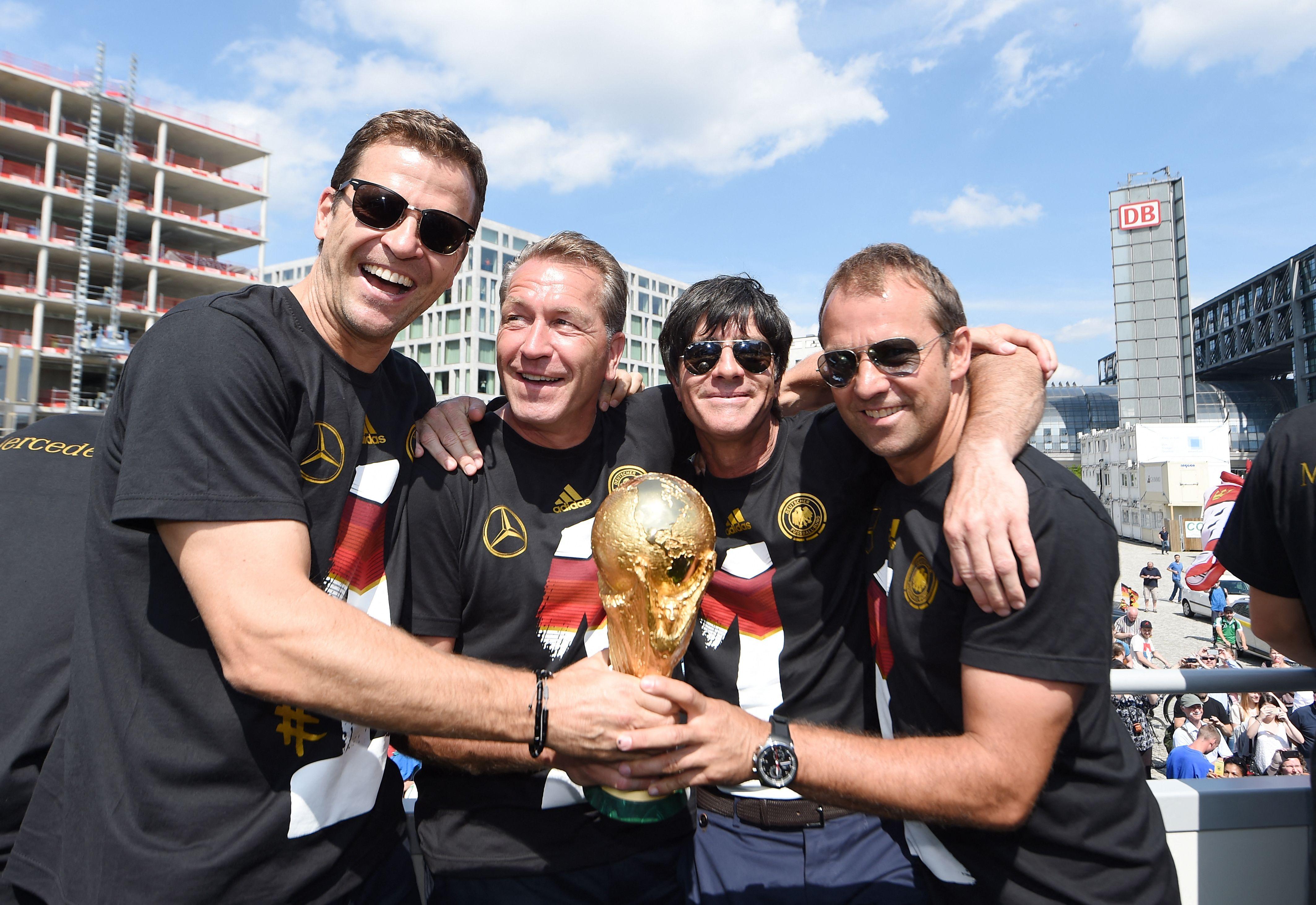 Hansi Flick (à droite) ici avec Joachim Low en photo souvenir avec la coupe du monde remportée par les Allemands lors du mondial brésilien.