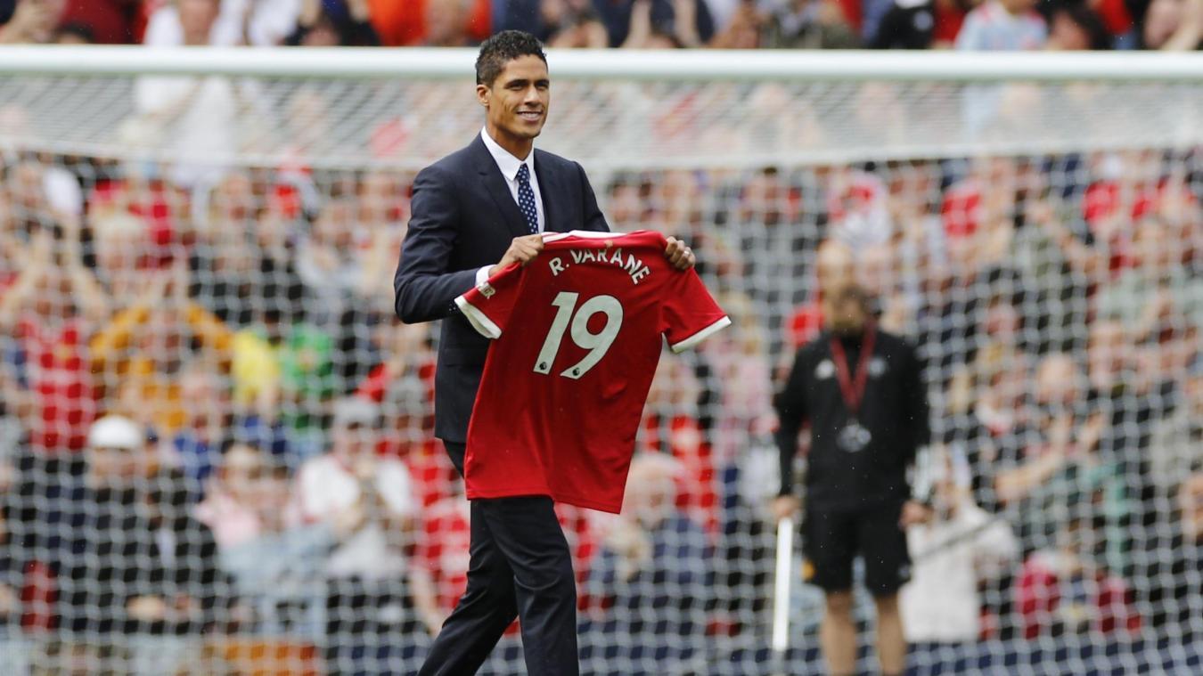 Man. United : Raphaël Varane présenté aux supporters mancuniens