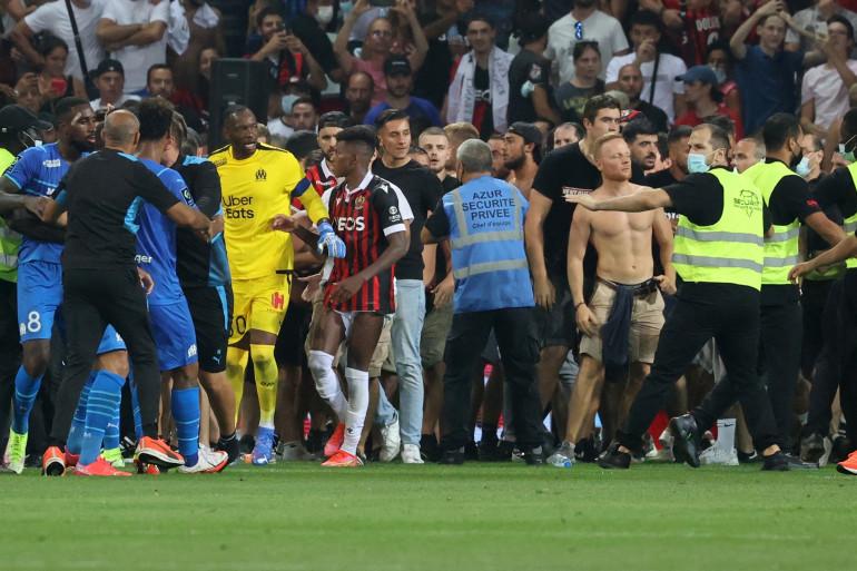 Championnat de France: Nice-Marseille interrompu après l'envahissement du terrain par des supporters