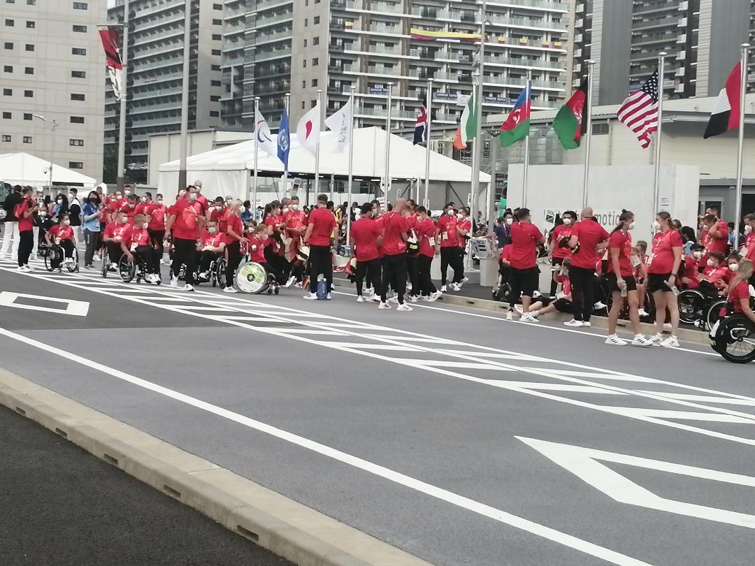 Les préparatifs des délégations pour prendre le chemin du stade où il y aura la cérémonie d'ouverture.