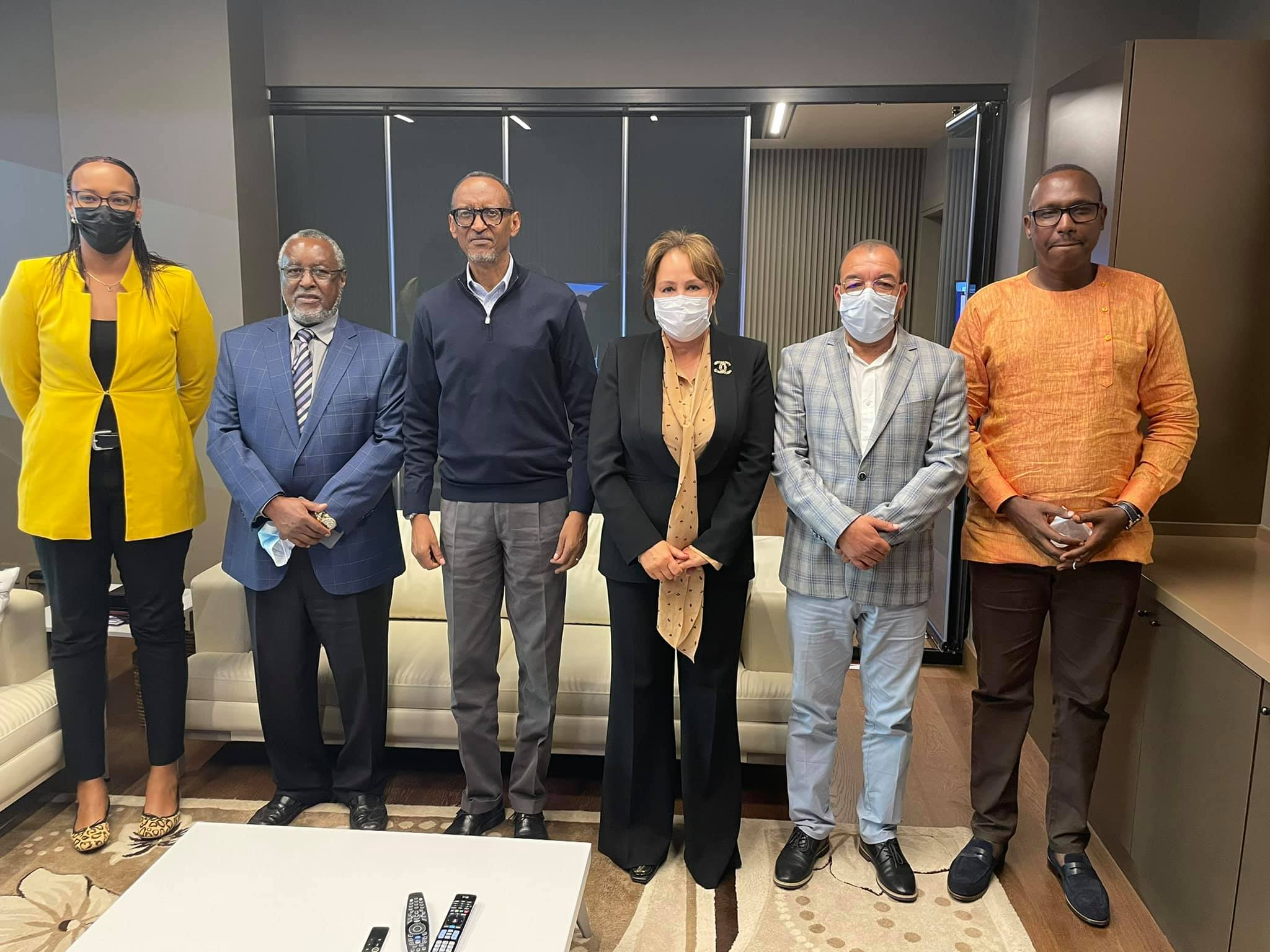 Volley-ball : Le président rwandais, M. Paul Kagame, reçoit Bouchra Hajij, présidente de la CAVB