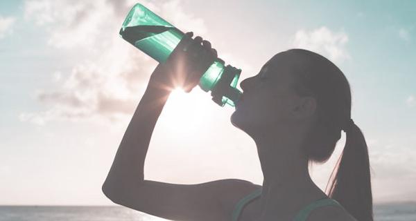 Canicule : boire de l'eau oui, mais attention à sa température