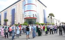 Les parents d'élèves protestent devant les portes du groupe scolaire Molière